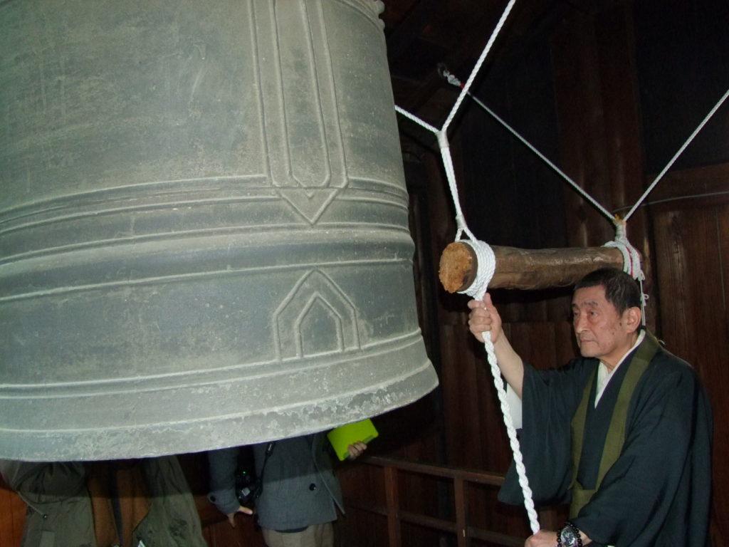 梵鐘を撞く瑞泉寺の住職。写真用にポーズだけ