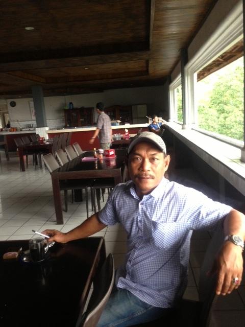 ガイドのアンドリアノさん。タナ・トラジャ近郊のレストランにて