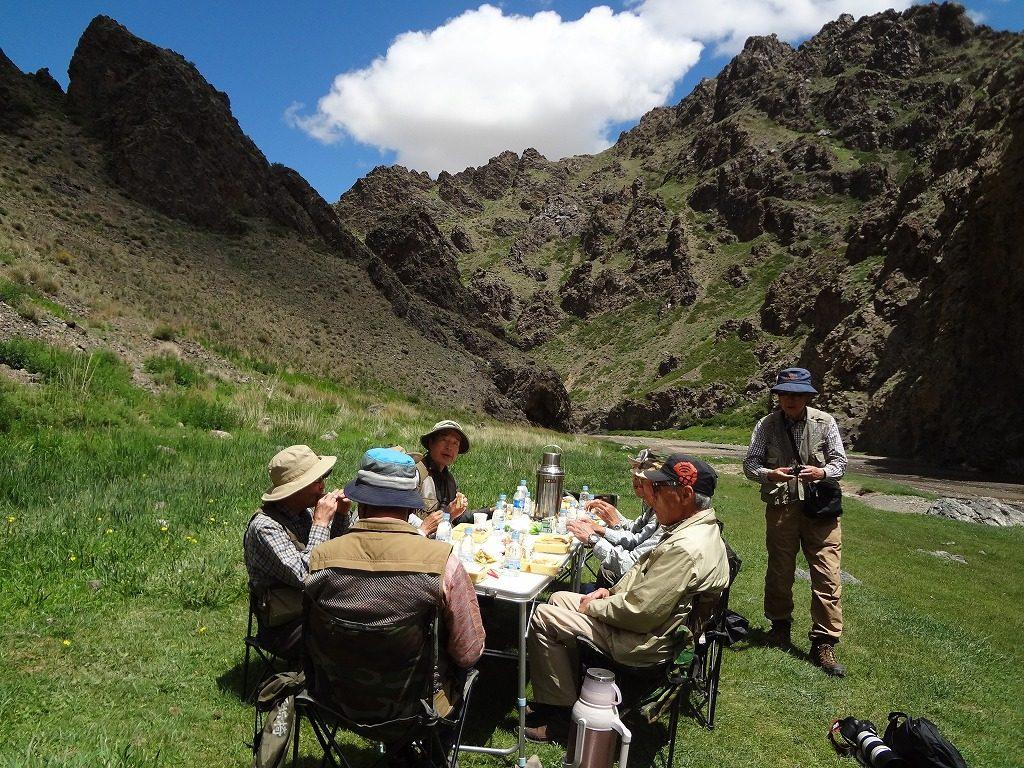 ゴビの溪谷での食事