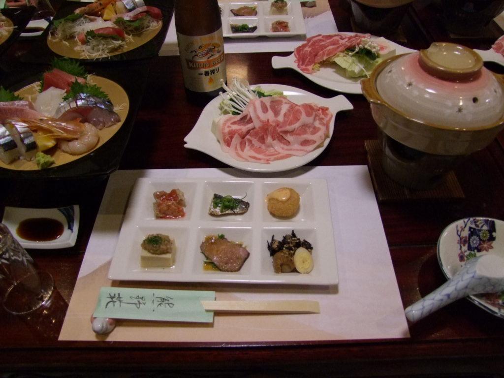 「熊野荘」の料理。さんま寿司は左の刺盛りに