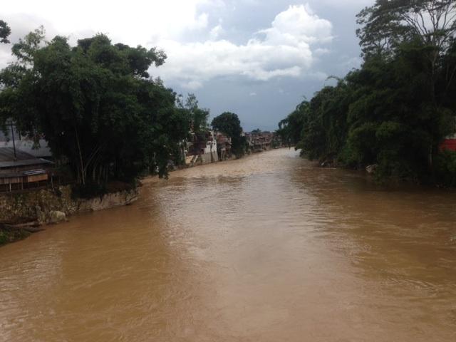 タナ・トラジャを流れるサダン川。まだ雨季なので水は汚い。乾季になると美しい川になり、ここはマンディ(水浴び)する人でいっぱいになる