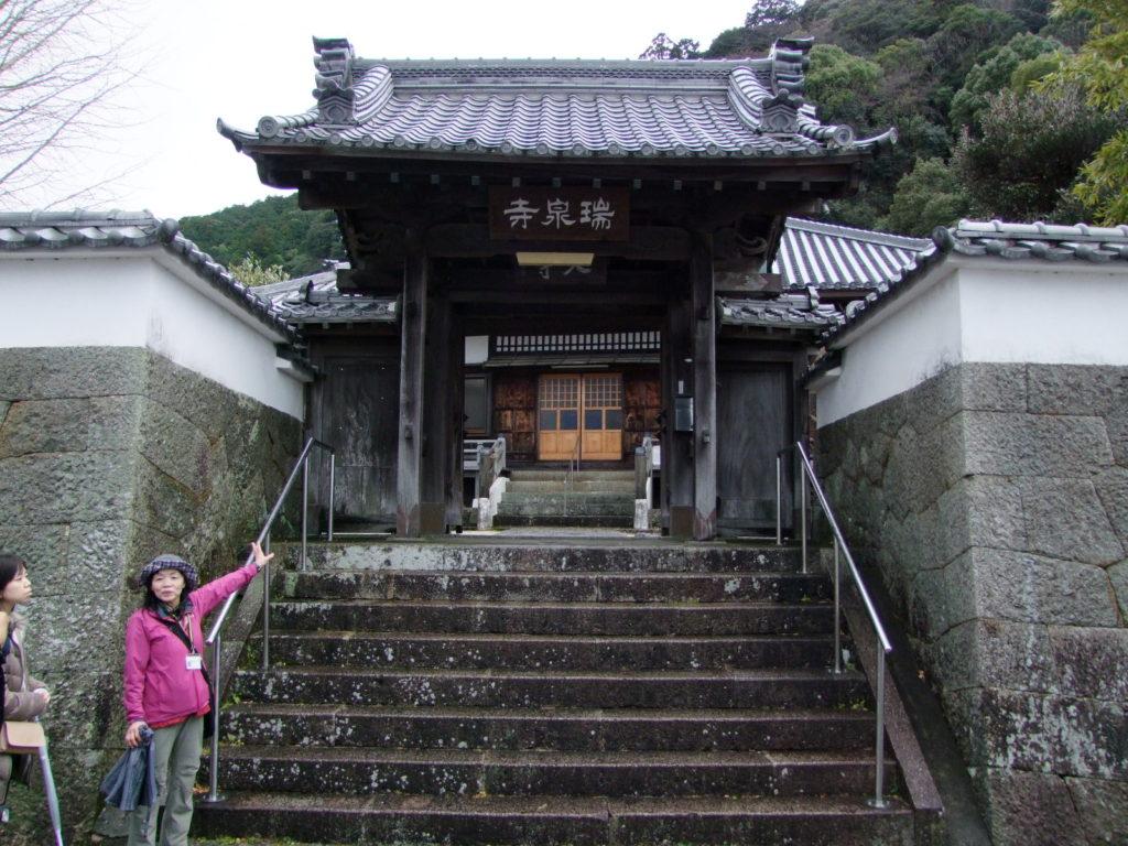 風格漂う瑞泉寺の門。ガイドさんは、夜また姿を変えて登場する
