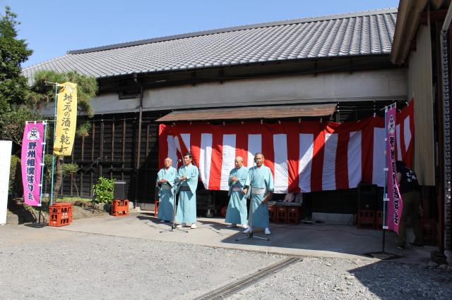 蔵の前では相撲甚句が披露された