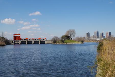 旧岩淵水門 右側が荒川、奥に川口市街