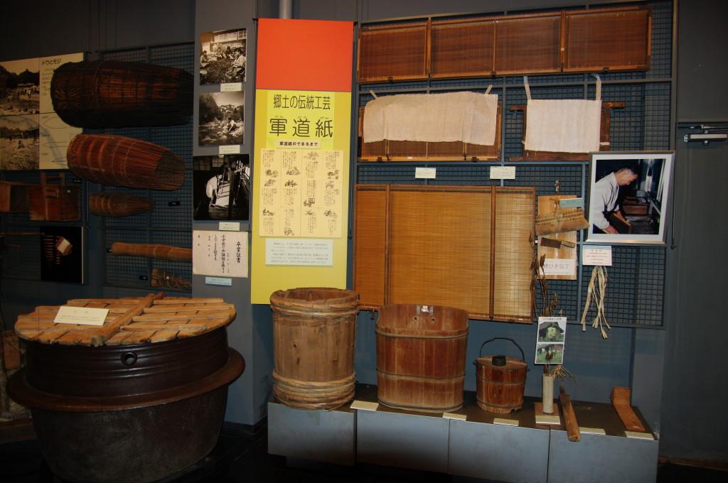館内に展示されている軍道紙の道具一式